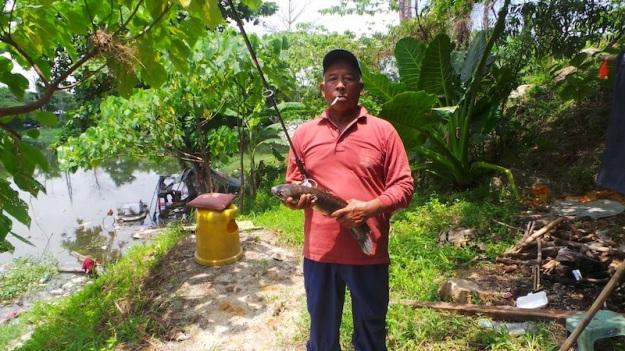 Idris with Hairi's fish